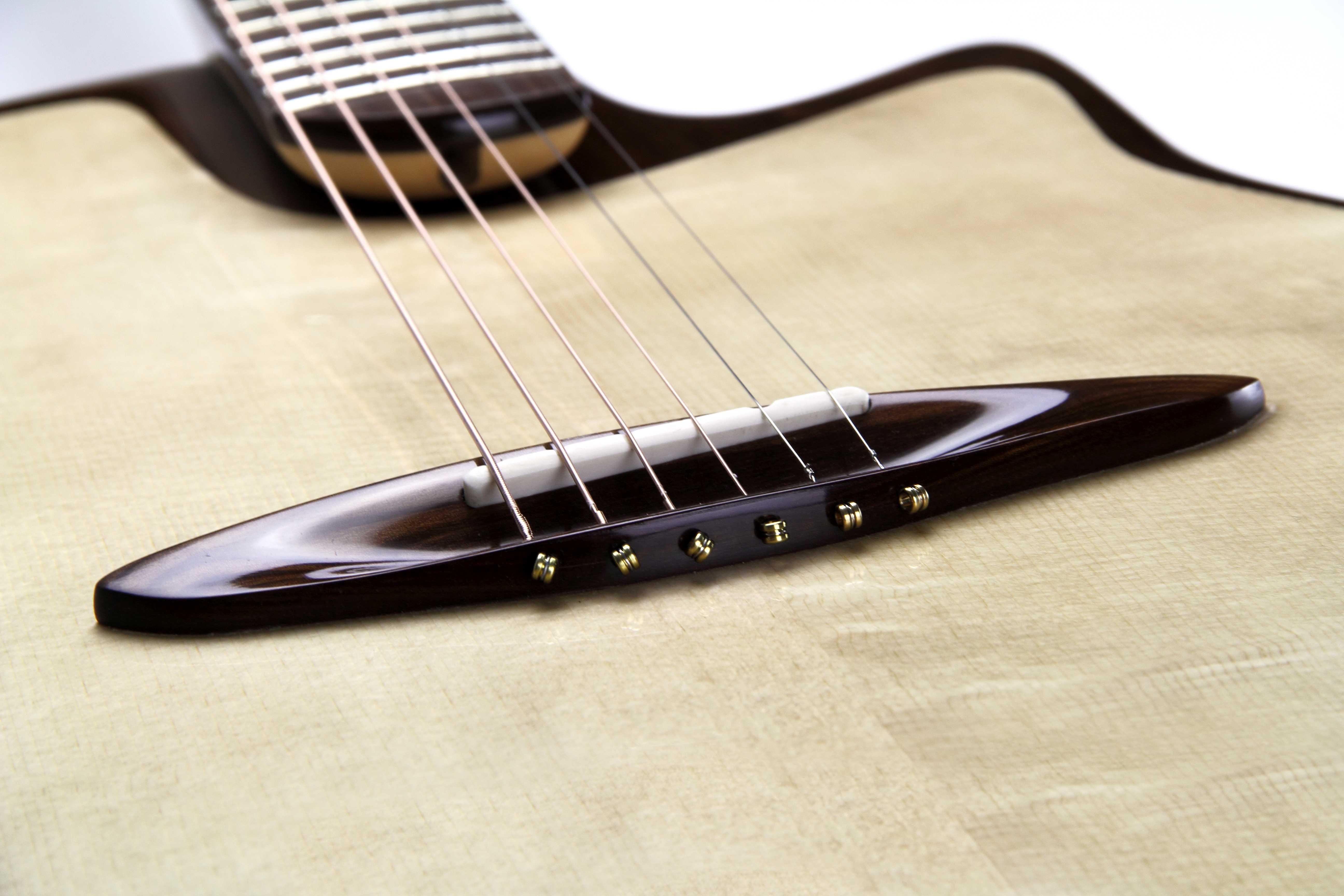 Steg aus Sonowood auf der Canna Guitar von Jakob Frank.