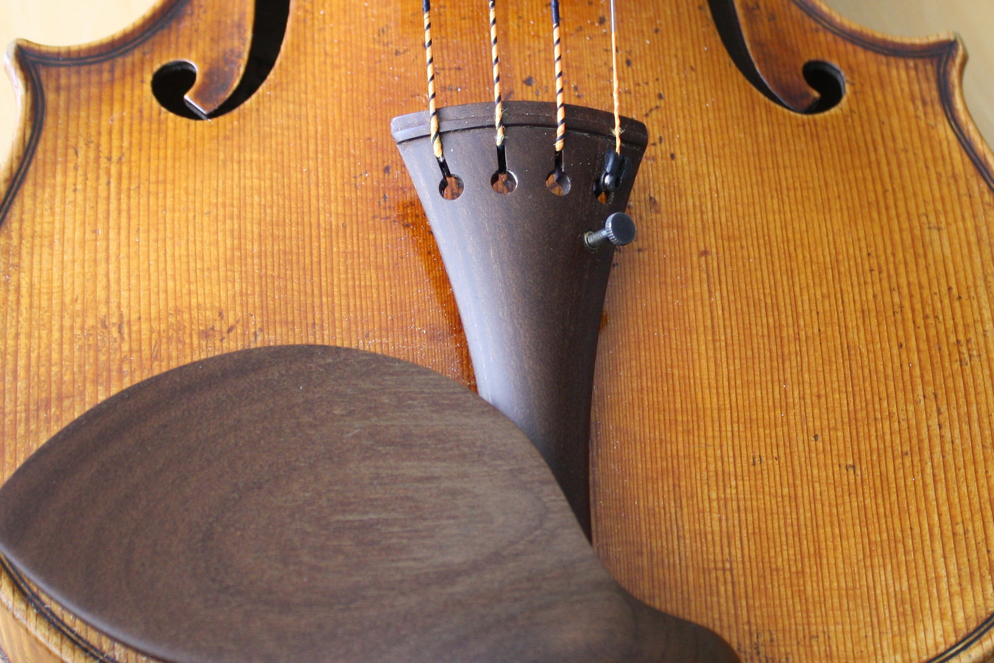 Tailpiece and chinrest from Sonowood maple made by Wilhelm Geigenbau